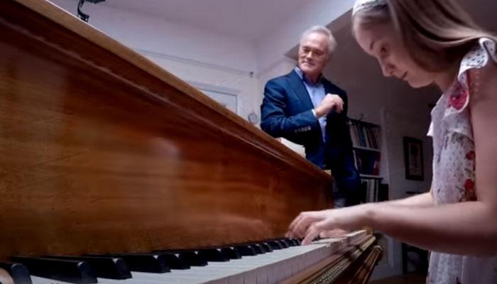 Le dan a una niña prodigio de 12 años cuatro notas al azar al piano. En 40 segundos hace magia