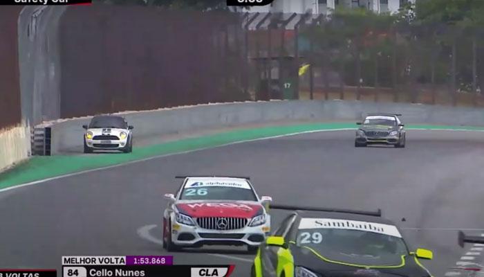 Una conductora despistada interrumpe una carrera en Interlagos tras confundirse en una rotonda