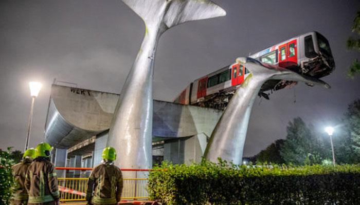 Una escultura de cola de ballena evita que el metro de Rotterdam caiga al agua