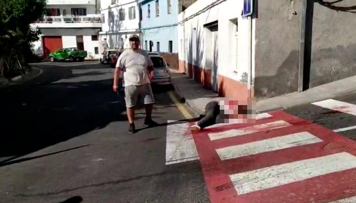 Un hombre apuñala a su tía en una calle de Guía de Isora (Tenerife). Vídeo muy duro