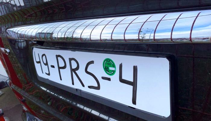 Interceptan en Lugo a un coche con la matrícula pintada con rotulador permanente