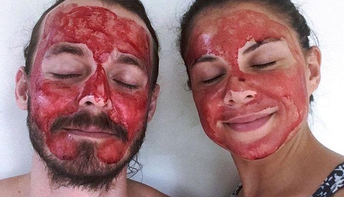 Lo último en belleza para ella (y para él): Mascarillas de sangre menstrual