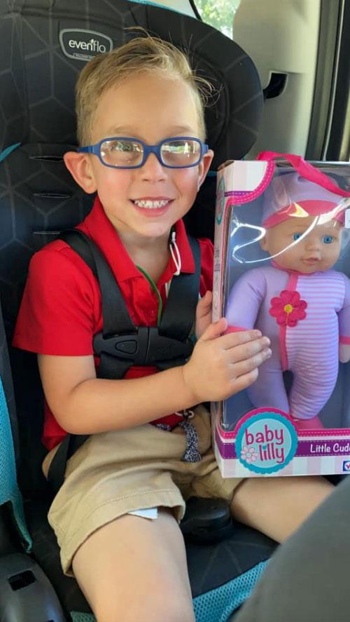 """Un niño le pide a su madre que le compre una muñeca porque quiere """"ser el mejor padre del mundo"""""""