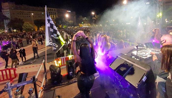 Barcelona: El ocio nocturno monta una fiesta en la plaza de Catalunya en protesta por su cierre