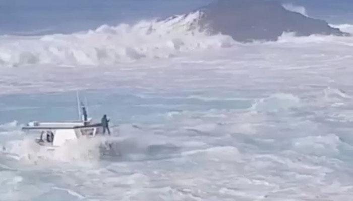 La odisea de un pesquero ante el temporal en Tapia de Casariego