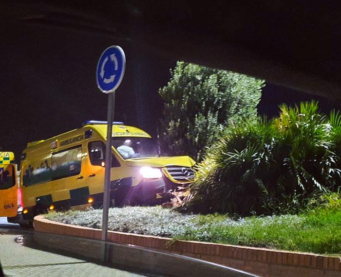 Roban una ambulancia mientras prestaba servicio en Melilla y aparece accidentada contra una rotonda