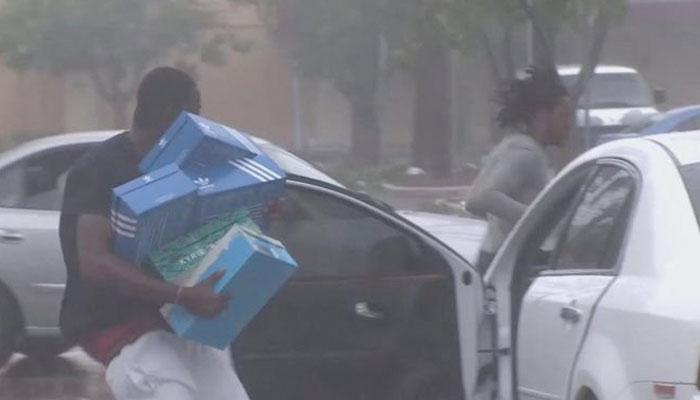 Un saqueador de Filadelfia encuentra su coche destruido por otros saqueadores