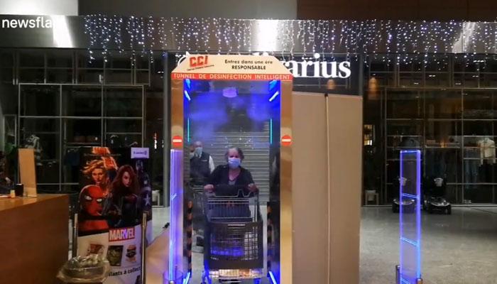 En un supermercado francés han instalado este 'túnel de desinfección' en la entrada