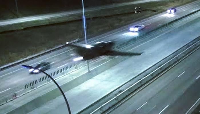 Un avión aterriza de emergencia en una autopista y colisiona contra un coche