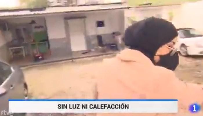 Polémica en redes por un reportaje sobre una zona sin luz en la Cañada Real donde hay un Porsche y un BMW aparcados