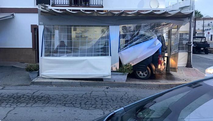 Un hombre herido tras empotrarse un coche contra la terraza de un bar en Lepe. Vídeo del interior