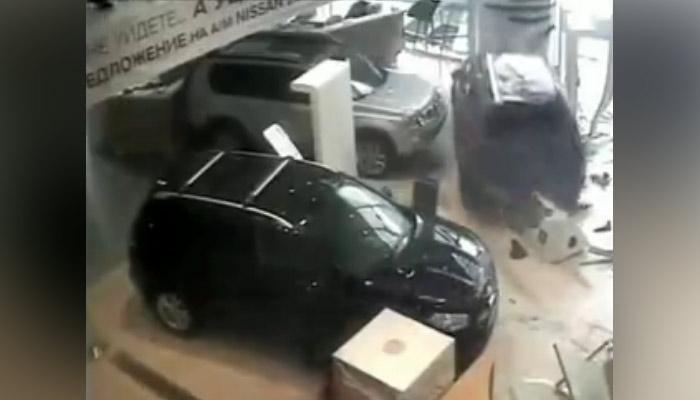 Un hombre ruso, descontento por un retraso de 20 minutos, destroza un concesionario de coches cuando fue a recoger su vehículo