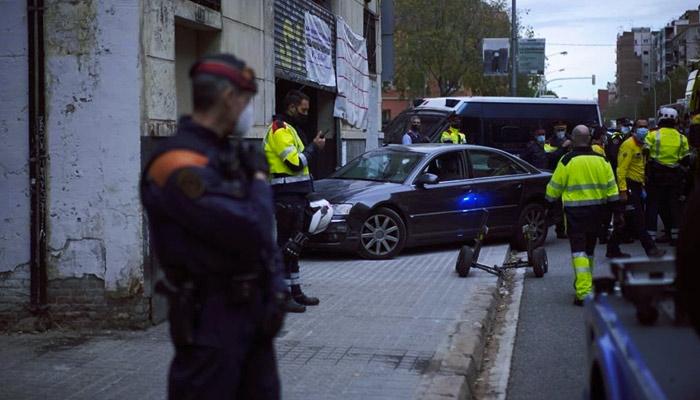 Detenido tras empotrar el coche contra su propio local en Barcelona para intentar echar a los okupas