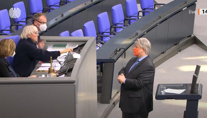 Un diputado alemán negacionista que bromeaba usando una mascarilla de ganchillo, ingresado grave por Covid-19