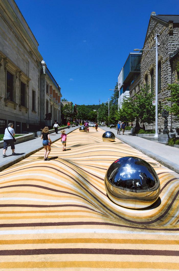 Dunas anamórficas pintadas sobre una calle totalmente plana en Montreal