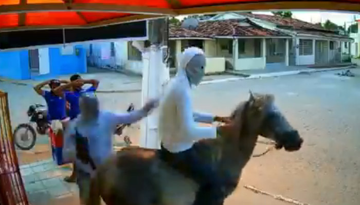 Dos ladrones roban una tienda y se escapan montados a caballo