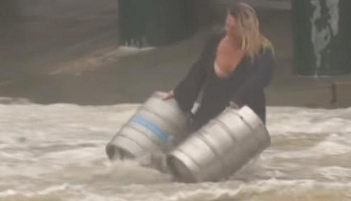 Una mujer australiana se lanza a una calle inundada para salvar dos barriles de cerveza