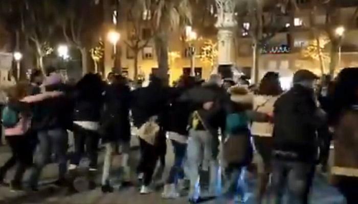 Negacionistas cantan y bailan abrazados en Barcelona sin respetar las medidas de seguridad