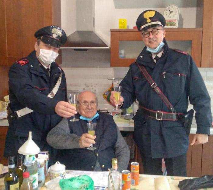 Un italiano de 94 años llama a la Policía el día de Navidad porque se sentía solo y los carabineros se presentan en su casa para brindar con él