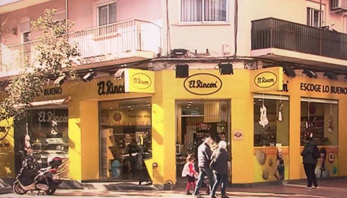Un hombre entra a robar en una tienda de Zaragoza y termina atendiendo a los clientes