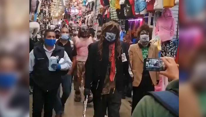Estrellas de la lucha libre imponen la ley de la mascarilla a sillazos en las calles de una ciudad mexicana
