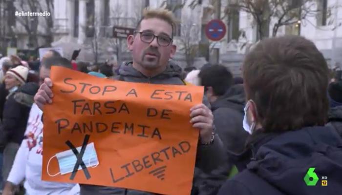 El periodista Pablo Ibarburu a un antimascarillas: ''¿Preservativo tampoco usas?''