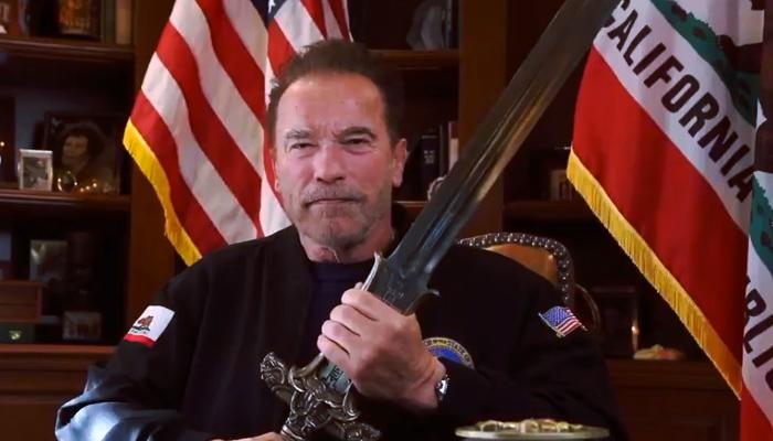 Arnold Schwarzenegger alza la espada de 'Conan' para mandar un mensaje a los que asaltaron el Capitolio
