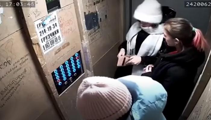 Un ascensor averiado cae cuando en su interior se encontraban cuatro personas