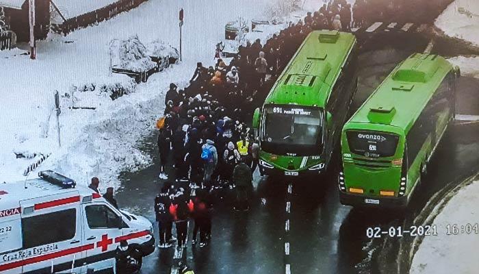El 112 atiende a 150 personas por hipotermia tras esperar al autobús a 10 grados bajo cero en la sierra de Madrid