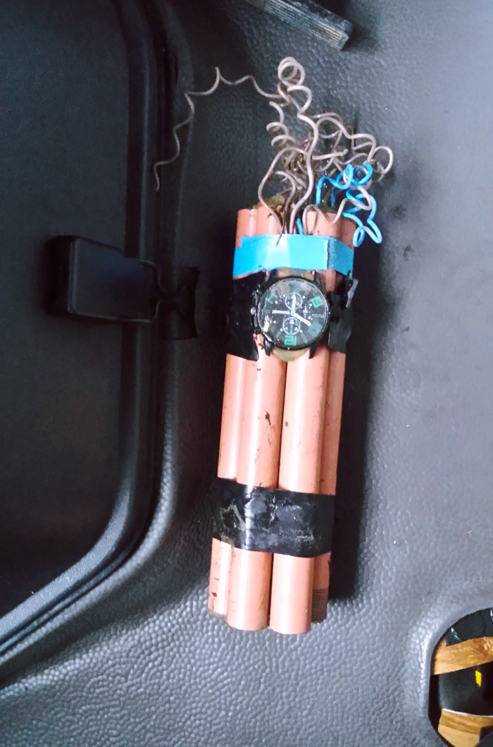 Broma a un conductor de Cangas, Asturias: Los amigos le pegaron una bomba falsa en los bajos del coche al enterarse de que iba a pasar la ITV