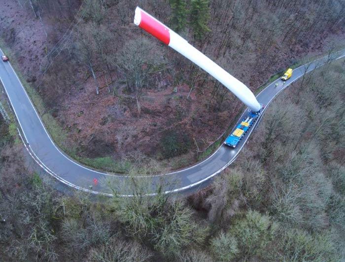 Camión transportando un enorme álabe de un aerogenerador