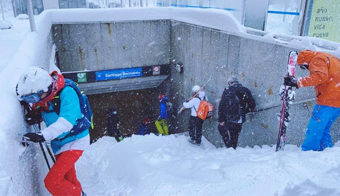 La gente convirtió la Castellana en una pista de esquí y el metro en remonte