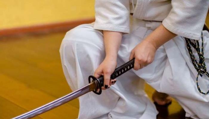 Un hombre solicitó un insólito juicio: batirse a duelo de espadas con su esposa y el abogado de ella
