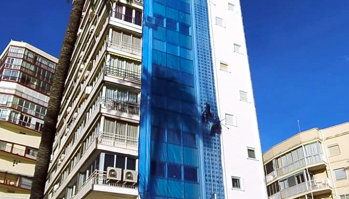 Una mujer corta las cuerdas a un operario que trabajaba colgado en la fachada de su edificio en Benidorm