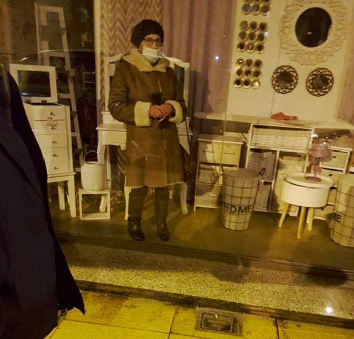Una mujer de 87 años se queda atrapada en un bazar de Torrelavega (Cantabria) y pide ayuda desde el escaparate