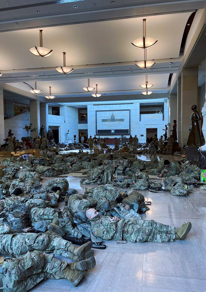 Los militares de la Guardia Nacional duermen agolpados con sus armas en los pasillos de un Capitolio blindado