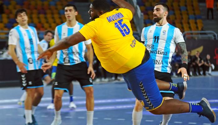 Gauthier Mvumbi, el jugador más pesado del Mundial de balonmano, en acción