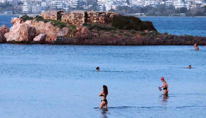 Una ola de calor saca a los griegos del confinamiento y los lleva a las playas