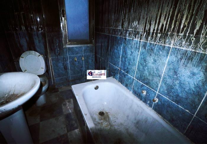 Buscando pisos en Madrid: ''Estupendo piso de 4 dormitorios, baño completo, salón con terraza y cocina amueblada con tendedero''