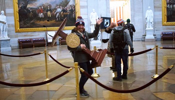 El asaltante que se llevó un atril del Capitolio lo subasta en eBay por más de 12.000 euros