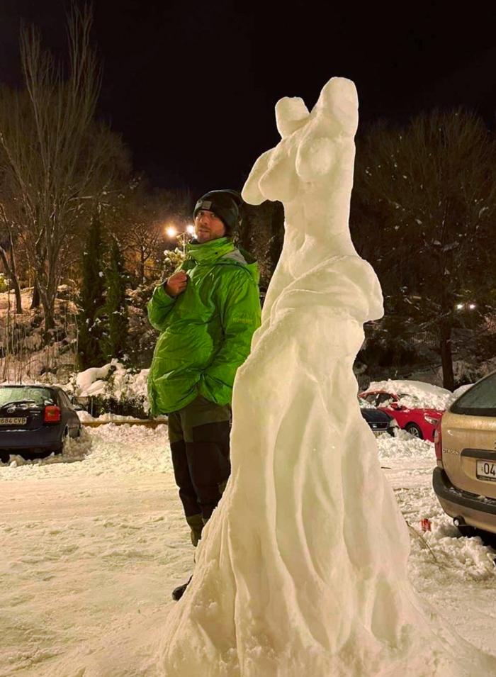 Dos amigos de Alcalá de Henares hacen una increíble reproducción en nieve de la Venus de Milo
