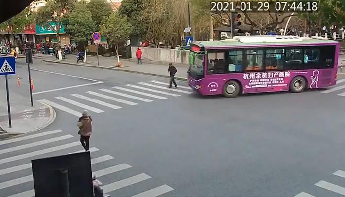 Un grupo de ciudadanos levantan un autobús para rescatar a un hombre que había sido atropellado segundos antes