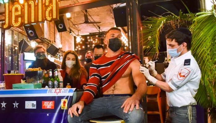 Un bar en Israel ofrece bebidas gratis para los que se vacunen contra la Covid dentro del local