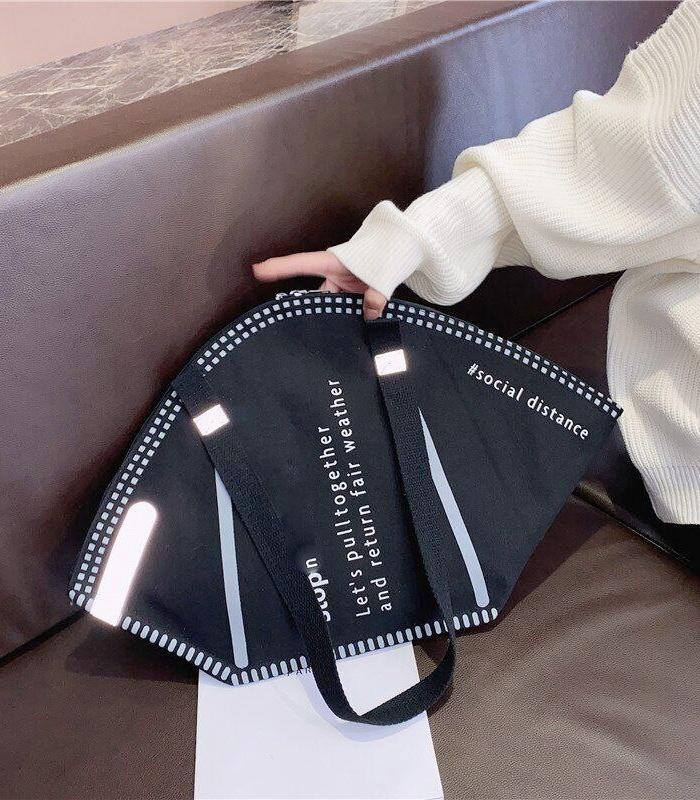 Cuando pensabas que lo habías visto todo en moda... Llega el bolso con forma de mascarilla FFP2