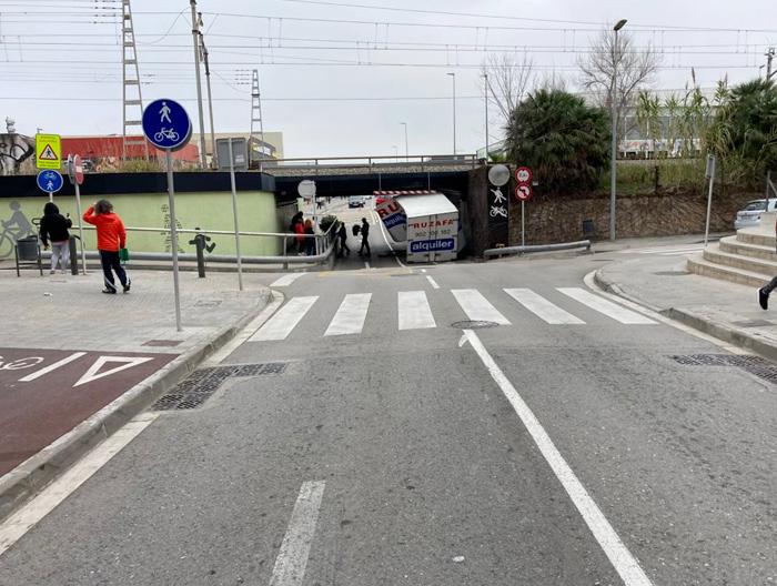 Accidente con sorpresa: Un camión cargado de marihuana queda atascado en un túnel en Gavá (Barcelona)