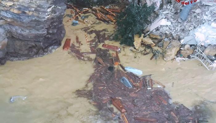 Colapsa cementerio junto a acantilado en la costa cerca de Génova. Decenas de ataúdes caen al mar