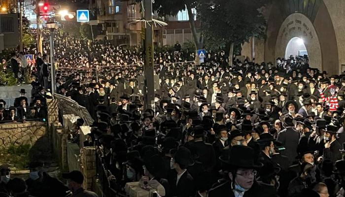 Más de 10.000 judíos ultraortodoxos se reúnen (de nuevo) para el funeral de un rabino fallecido por Covid-19