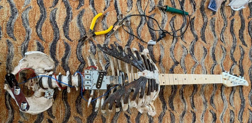 Construye una guitarra eléctrica usando el esqueleto de su tío muerto
