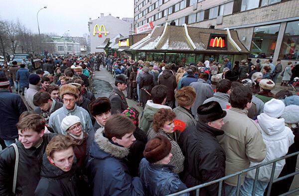 Hoy hace 31 años de la apertura de McDonald's en la URSS. 30.000 personas guardaron cola para probar su primer Big Mac