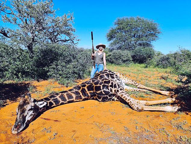 Una mujer posa con el corazón de una jirafa después de que su marido le regalase disparar al animal por San Valentín